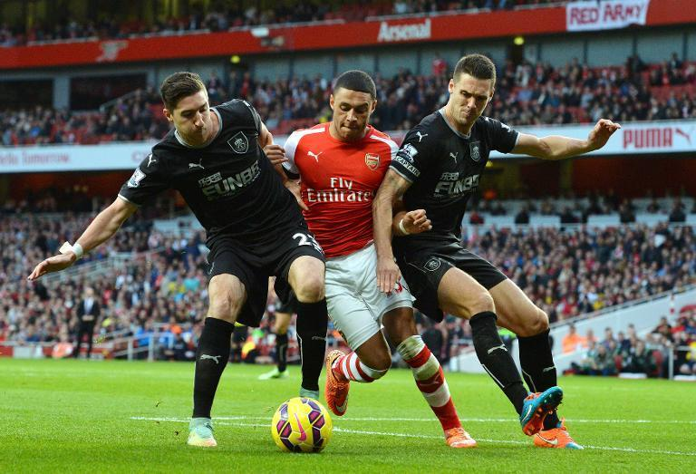 Arsenal's Alex Oxlade-Chamberlain (C) fights for the ball with Burnley's Stephen Ward (L) and Jason Shackell, during their English Premier League match at Emirates Stadium in London, on November 1, 2014 (AFP Photo/Glyn Kirk)
