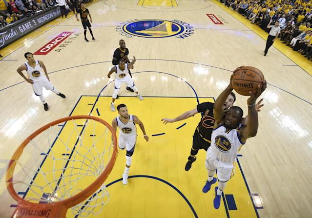 <p>JGM09. Oakland (United States), 05/06/2017.- Golden State Warriors forward Kevin Durant (R) grabs a rebound ahead of Cleveland Cavaliers forward Kevin Love (2-R) in the second half game two of the NBA Finals basketball game at Oracle Arena in Oakland, California, USA, 04 June 2017. (Baloncesto, Estados Unidos) EFE/EPA/KYLE TERADA / POOL </p>