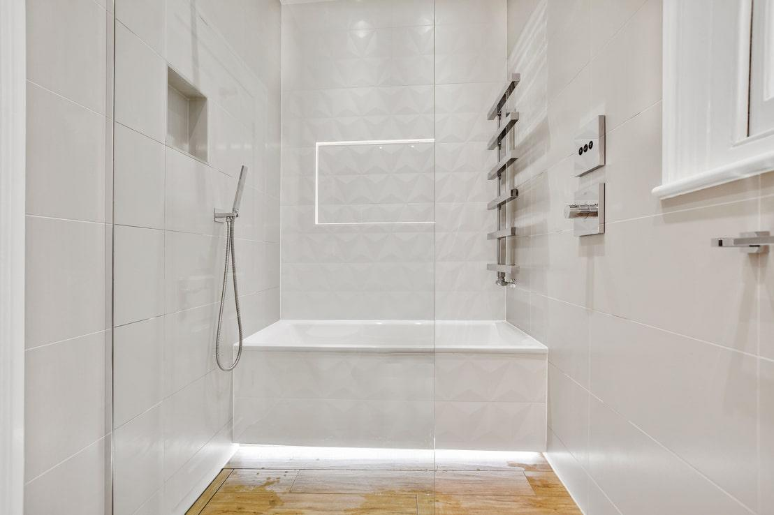 """<p>Although we also have a special place in our hearts for a lovely shower curtain, glass inserts for tub-shower combos seem to be """"in"""" this year. So, rather fold up and store away your colourful shower curtain (trends come and go, after all) and opt for a partial glass divider.</p><p>Not only is this one trend that is beautiful, but it also helps to keep compact spaces airy and open (bathrooms tend to be some of the smallest rooms in a house).</p>  Credits: homify / BathroomsByDesign Retail Ltd"""