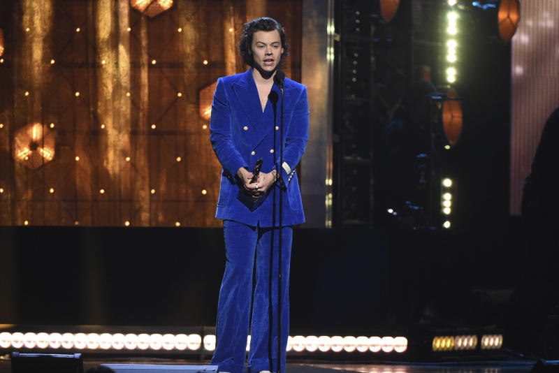 Harry Styles presents a trophy at the Rock & Roll Hall of Fame induction ceremony at the Barclays Center on Friday, March 29, 2019, in New York. (Photo by Evan Agostini/Invision/AP)