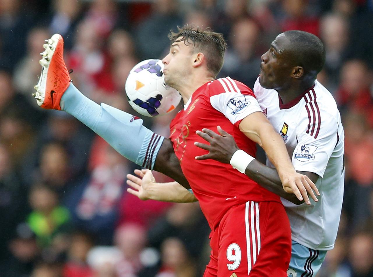 """Southampton's Jay Rodriguez (L) tackles West Ham's Guy Demel during their English Premier League soccer match at St Mary's stadium in Southampton, southern England September 15, 2013. REUTERS/Andrew Winning (BRITAIN - Tags: SPORT SOCCER) FOR EDITORIAL USE ONLY. NOT FOR SALE FOR MARKETING OR ADVERTISING CAMPAIGNS. NO USE WITH UNAUTHORIZED AUDIO, VIDEO, DATA, FIXTURE LISTS, CLUB/LEAGUE LOGOS OR """"LIVE"""" SERVICES. ONLINE IN-MATCH USE LIMITED TO 45 IMAGES, NO VIDEO EMULATION. NO USE IN BETTING, GAMES OR SINGLE CLUB/LEAGUE/PLAYER PUBLICATIONS"""