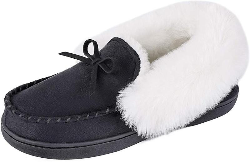 HomeIdeas Women's Faux Fur Lined House Slippers in black. Image via Amazon.