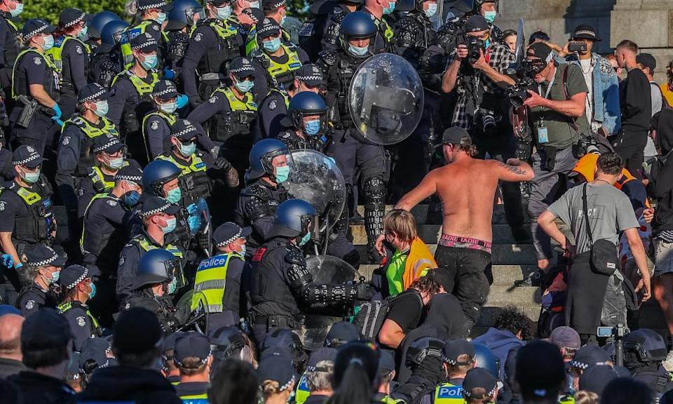 Protestors clash with riot police at the Shrine of Remembrance amid a two-week shutdown of Victoria's construction industry.