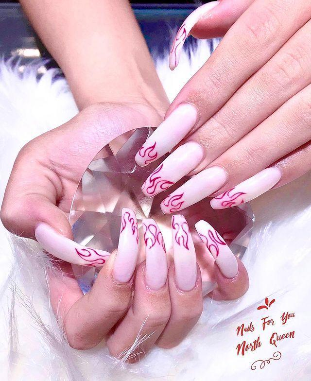 """<p>Unghie con ricostruzione extra lunga e Fire Nails.</p><p><a href=""""https://www.instagram.com/p/By_4MWxFYkZ/"""" rel=""""nofollow noopener"""" target=""""_blank"""" data-ylk=""""slk:See the original post on Instagram"""" class=""""link rapid-noclick-resp"""">See the original post on Instagram</a></p>"""