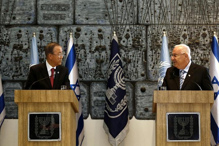 United Nations Secretary-General Ban Ki-Moon (left) and Israeli President Reuven Rivlin hold a joint press conference in Jerusalem, on October 13, 2014 (AFP Photo/Gali Tibbon)