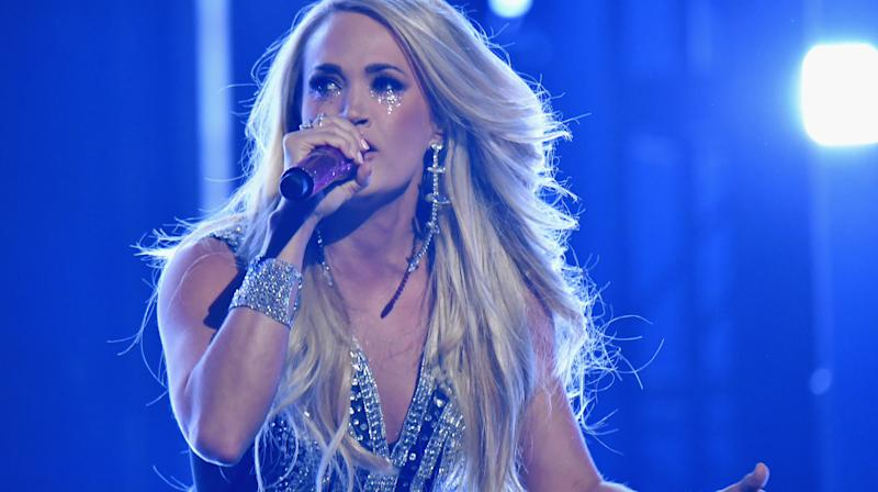 Carrie Underwood completed her comeback from a face injury at Sunday night's