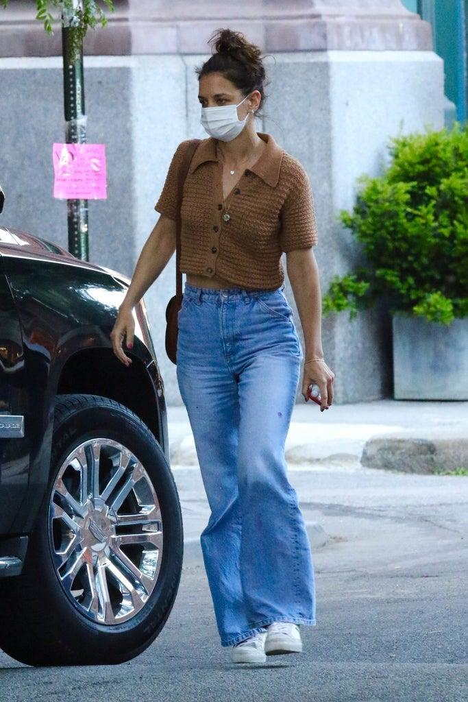 New York City, NY – *EXCLUSIVE* – Katie Holmes steps out with her father Martin Joseph Holmes, Sr., for dinner in Manhattan's Downtown area. Katie's father was patiently waiting for her daughter for 10 minutes to come down from the apartment. Pictured: Katie Holmes BACKGRID USA 10 JUNE 2021 BYLINE MUST READ: BrosNYC / BACKGRID USA: +1 310 798 9111 / usasales@backgrid.com UK: +44 208 344 2007 / uksales@backgrid.com *UK Clients – Pictures Containing Children Please Pixelate Face Prior To Publication*