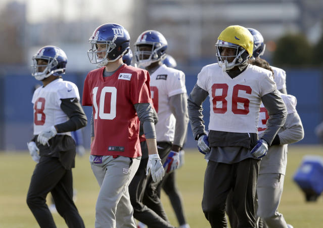 New York Giants quarterback Eli Manning, second from left, participates an NFL football practice in East Rutherford, N.J., Wednesday, Dec. 6, 2017. (AP Photo/Seth Wenig)