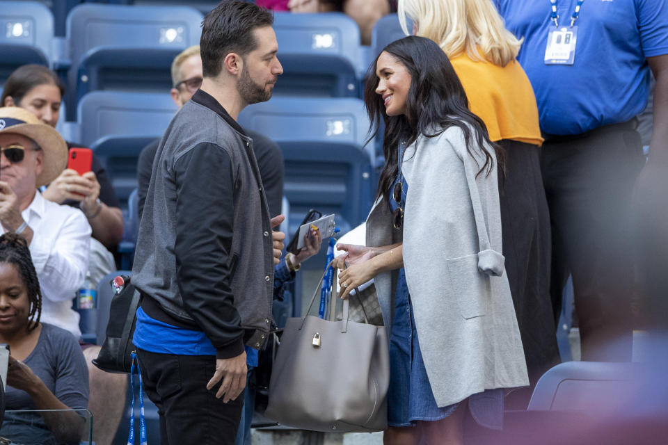 Meghan Markle stays warm at this year's US Open women's final. (Photo: Getty)