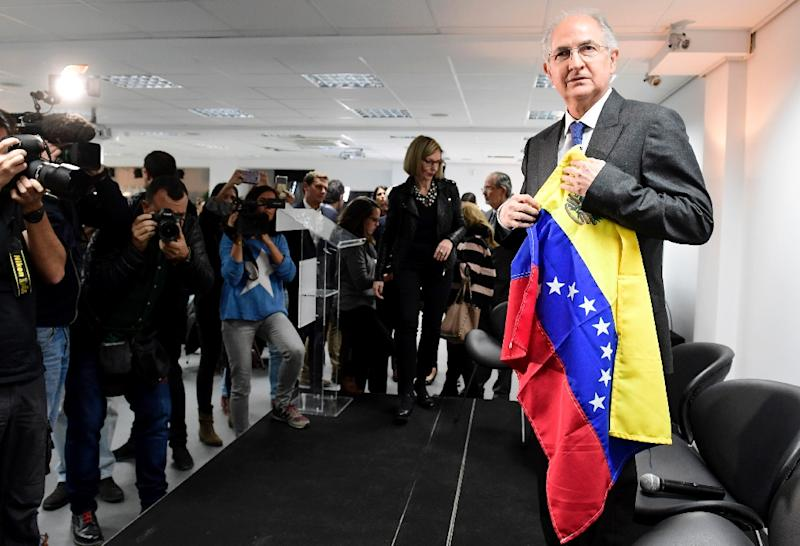 Caracas Mayor Antonio Ledezma holding a Venezuelan flag before addressing journalists in Madrid on Monday