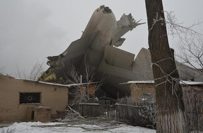 The wreckage of a Turkish cargo plane is seen after it crashed in the village of Dacha-Suu outside Bishkek, Kyrgyzstan, on January 16, 2017 (AFP Photo/Vyacheslav OSELEDKO)