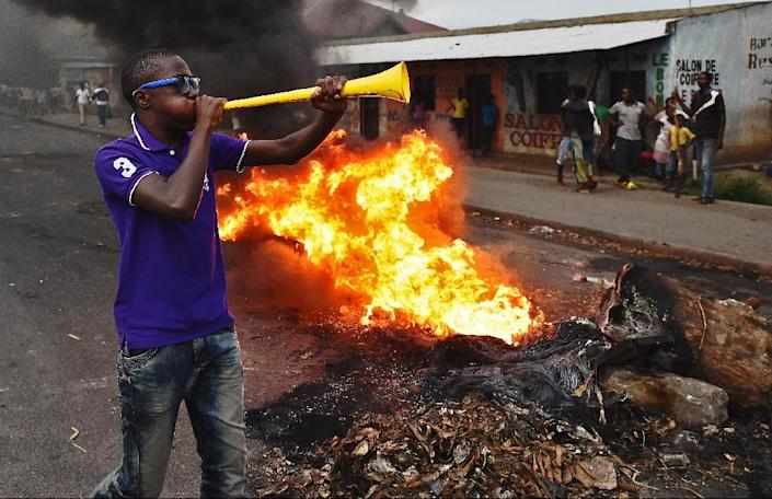 Protesters opposed to Burundian President Pierre Nkurunziza's third term in office burn barricades during a demonstration in Cibitoke (AFP Photo/Carl de Souza)