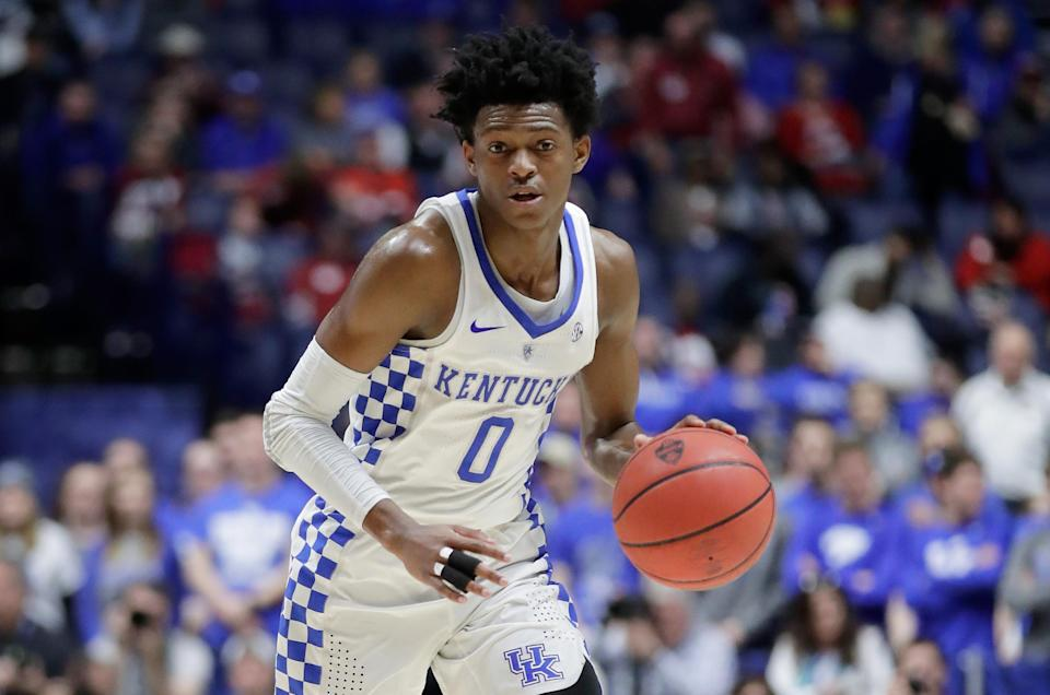 """De'Aaron Fox (0) of the <a class=""""link rapid-noclick-resp"""" href=""""/ncaaw/teams/kentucky/"""" data-ylk=""""slk:Kentucky Wildcats"""">Kentucky Wildcats</a> dribbles the ball against the <a class=""""link rapid-noclick-resp"""" href=""""/ncaaf/teams/alabama/"""" data-ylk=""""slk:Alabama Crimson Tide"""">Alabama Crimson Tide</a> during the semifinals of the SEC basketball tournament on March 11, 2017. (Andy Lyons/Getty Images)"""