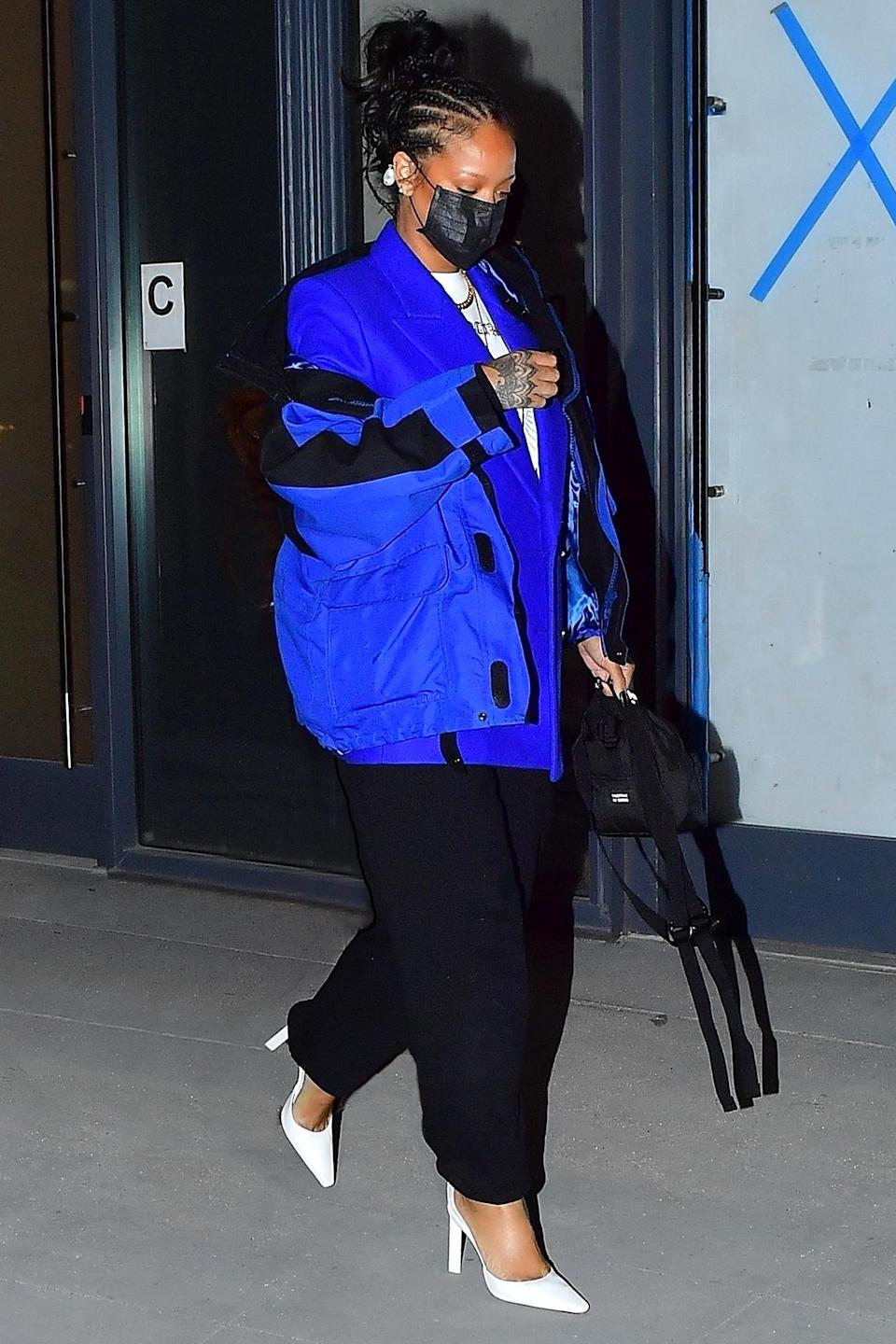 <p>Rihanna was spotted at Pastis in New York City with a group of friends.</p>