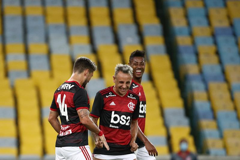 RIO DE JANEIRO, BRAZIL - JUNE 18: Giorgian De Arrascaeta celebrates with teammates Rafinha and Bruno Henrique after scoring the first goal of their team during the match between Flamengo and Bangu as part of the Carioca State Championship at Maracana Stadium on June 18, 2020 in Rio de Janeiro, Brazil. The match is played behind closed doors and further precautionary measures against the coronavirus (COVID - 19) Pandemic. (Photo by Buda Mendes/Getty Images)