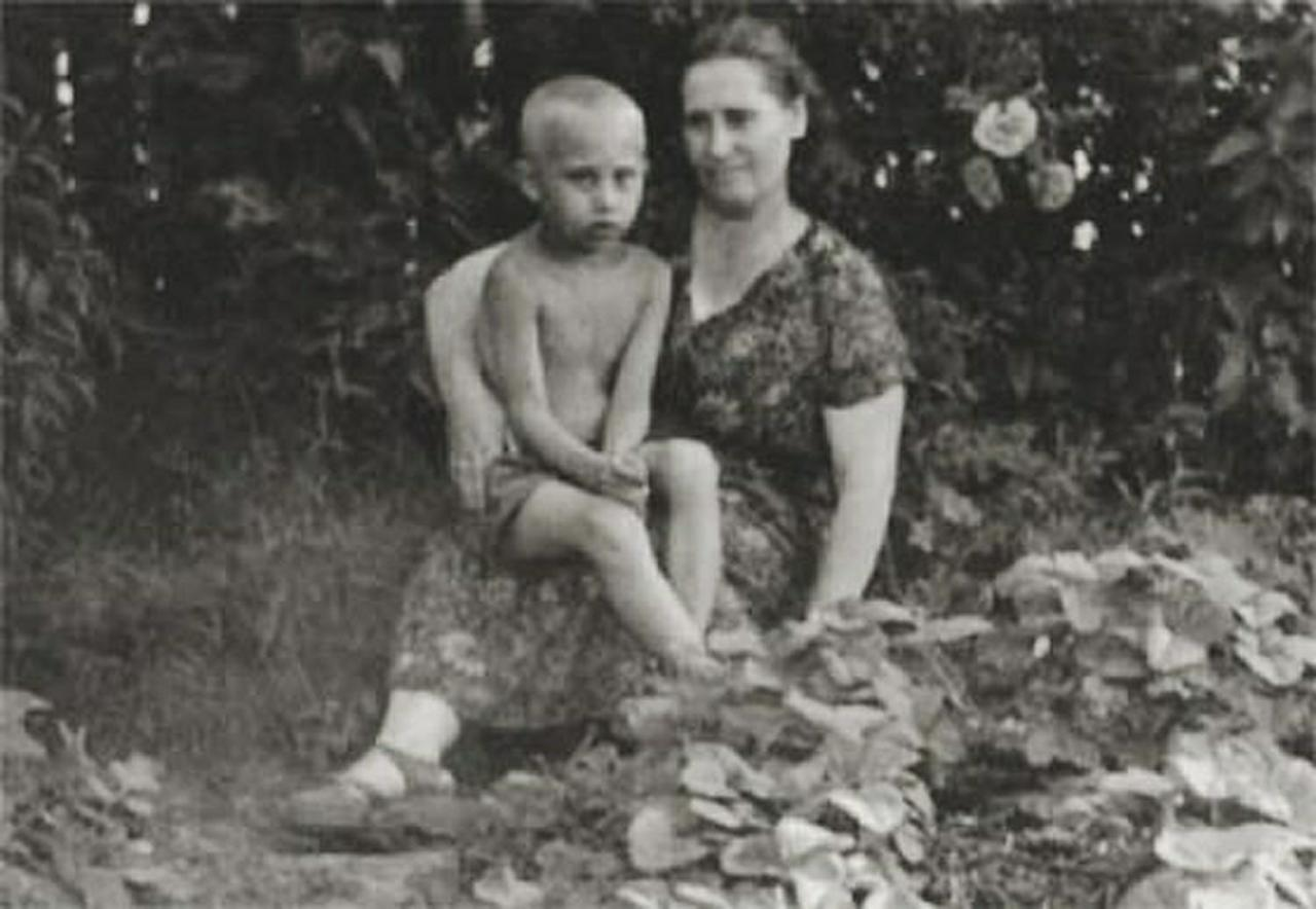 <p>Vladimir Putin in childhood with his mother, Maria Ivanovna, in July 1958. (Photo: © Russian Look via ZUMA Wire) </p>