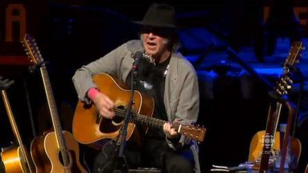 Neil Young drums up support for oilsands fight in Winnipeg