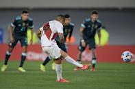 Peru's Yoshimar Yotun had a chance to equalize from the penalty spot but sent his spot-kick crashing against the crossbar (AFP/Juan Mabromata)
