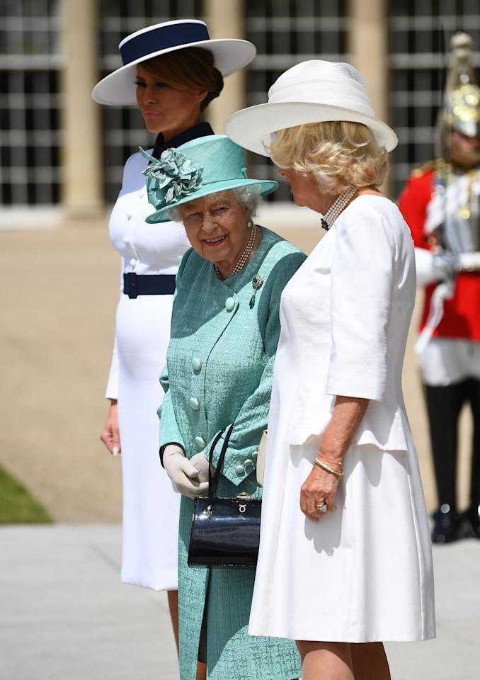 La reina Elizabeth II con la primera Dama Melania Trump y Camilla, Duquesa de Cornwall. (Photo by Victoria Jones / POOL / AFP) (Photo credit should read VICTORIA JONES/AFP/Getty Images)