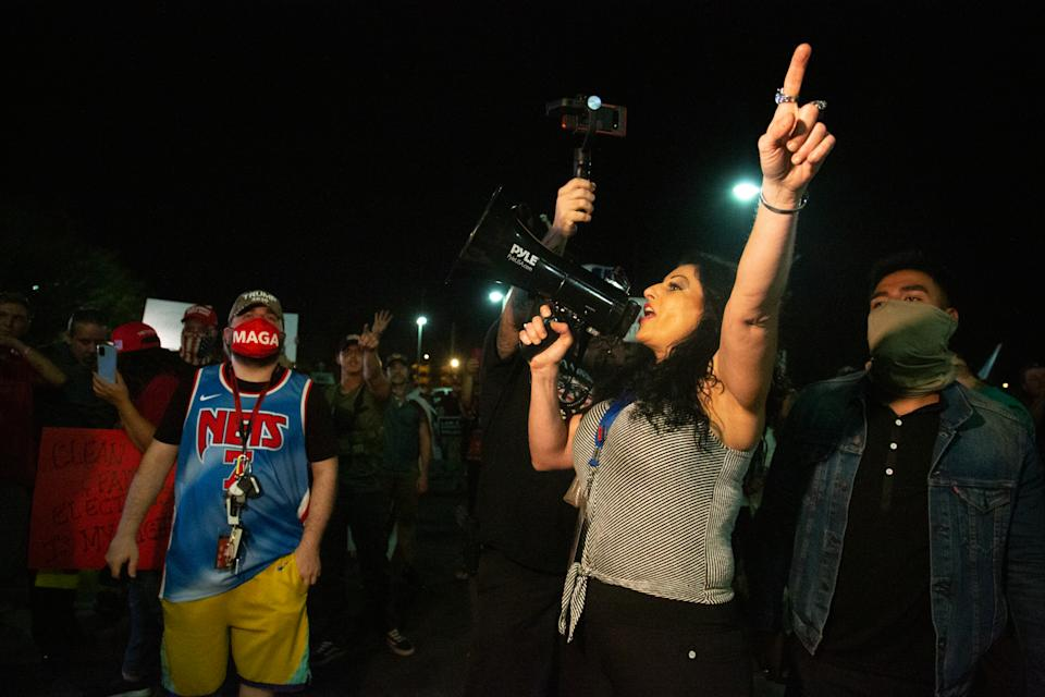 Una mujer con un megáfono anima a los manifestantes en el centro electoral de Maricopa. (Photo by Courtney Pedroza/Getty Images)
