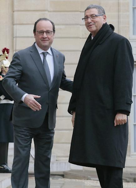 French President Francois Hollande (L) welcomes Tunisian Prime minister Habib Essid (R) before a meeting at the Elysee Palace in Paris on January 22, 2016 (AFP Photo/Jacques Demarthon)