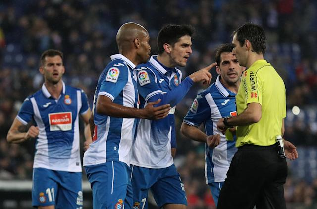 Soccer Football - Spanish King's Cup - Espanyol vs FC Barcelona - Quarter-Final - First Leg - RCDE Stadium, Barcelona, Spain - January 17, 2018 Espanyol's Gerard Moreno gestures at referee Ricardo de Burgos Bengoetxea after a penalty is awarded to Barcelona REUTERS/Albert Gea