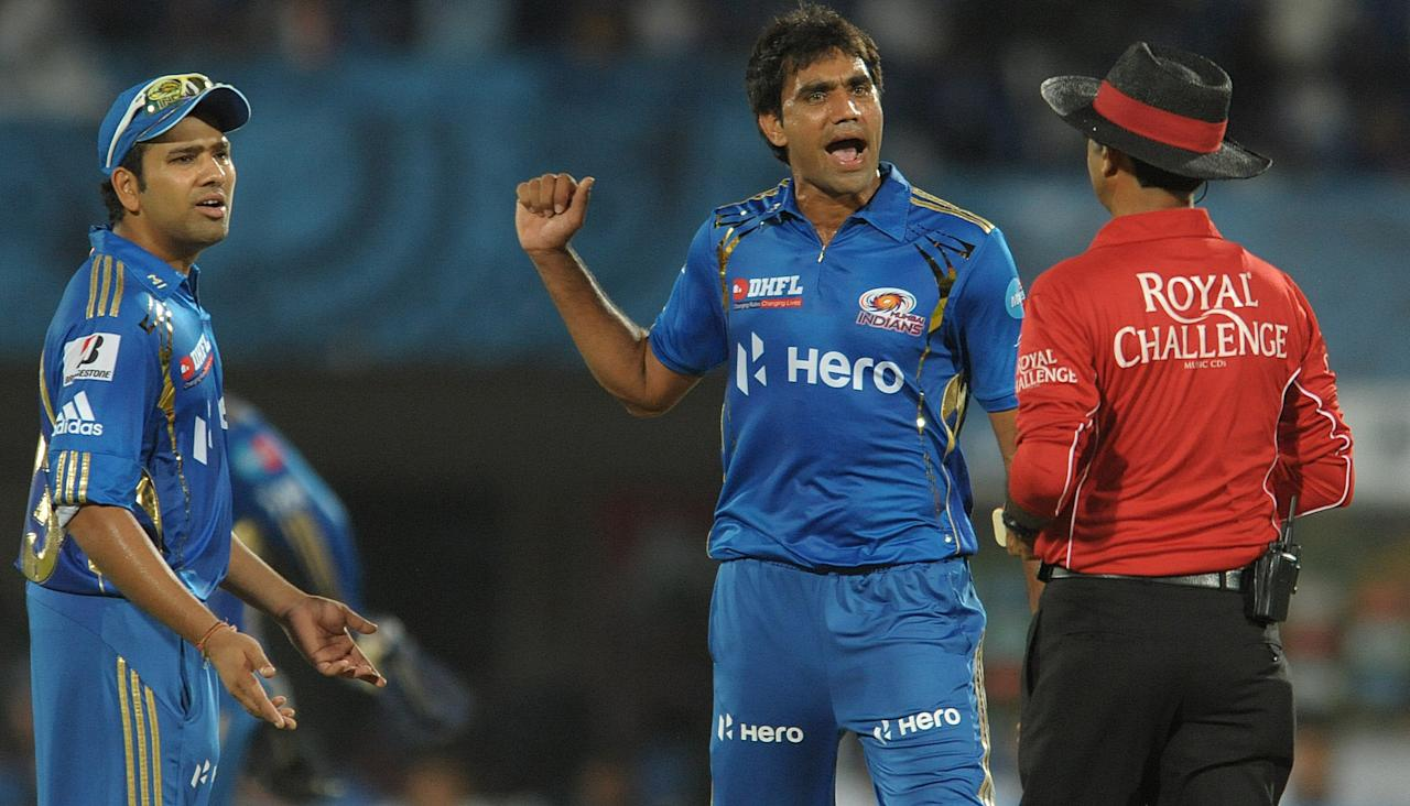 Mumbai Indians bowler Munaf Patel (C) and teammate Rohit Sharma (L) argue with the umpire about the wicket of Deccan Chargers captain Kumar Sangakkara. (AFP/Getty Images)