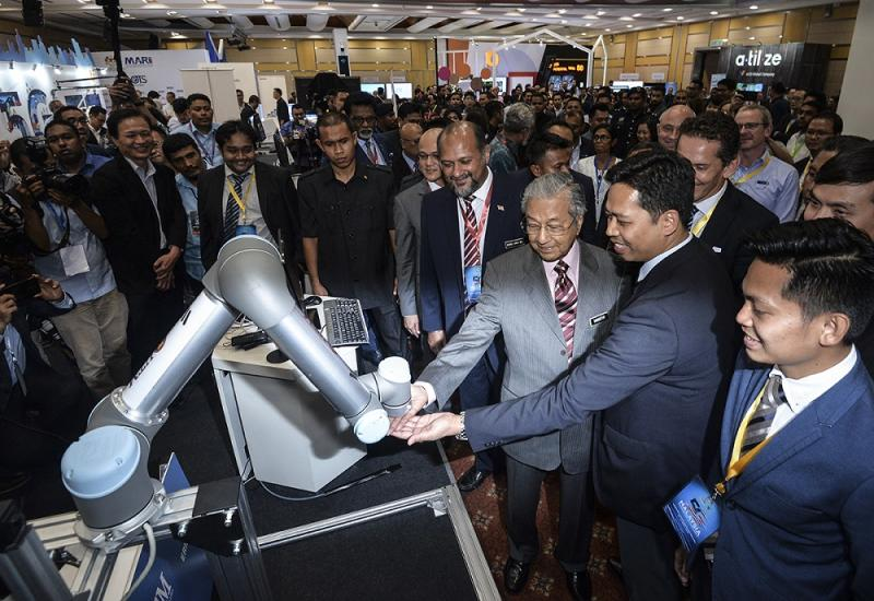Prime Minister Tun Dr Mahathir Mohamad at the launch of the 5G Showcase in Putrajaya April 18, 2019. — Picture by Mukhriz Hazim