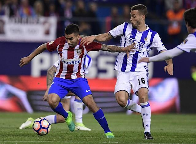 Atletico Madrid's midfielder Angel Correa (L) vies with Real Sociedad's midfielder Sergio Canales during the Spanish league football match Club Atletico de Madrid vs Real Sociedad at the Vicente Calderon stadium in Madrid on April 4, 2017 (AFP Photo/JAVIER SORIANO)