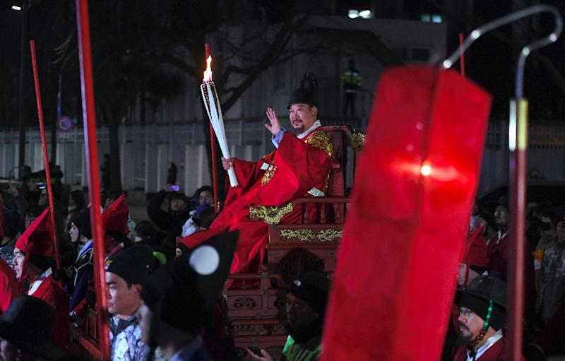The torch was also taken to the Gyeongbokgung Palace where it was carried in a sedan chair (AFP Photo/JUNG Yeon-Je)