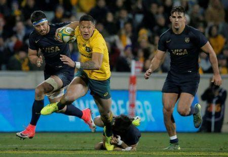 FILE PHOTO: Rugby Union - Championship - Australia Wallabies vs Argentina Pumas - Canberra, Australia - September 16, 2017. Australia's Israel Folau runs from Argentinian defence. REUTERS/Jason Reed