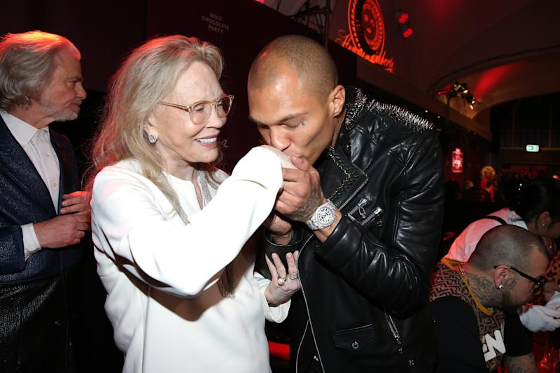 """COLOGNE, GERMANY - FEBRUARY 03: Faye Dunaway and Model Jeremy Meeks during the Lambertz Monday Night 2020 """"Wild Chocolate Party"""" (Schokoparty) on February 3, 2020 in Cologne, Germany. (Photo by Gisela Schober/Getty Images)"""