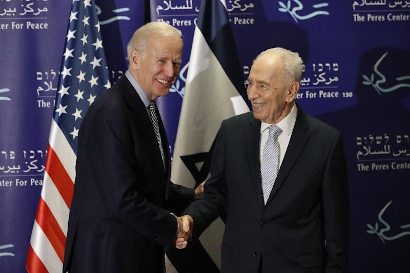 US Vice President Joe Biden (left) shakes hands with former Israeli president Shimon Peres during a meeting in Tel Aviv on March 8, 2016 (AFP Photo/Thomas Coex)
