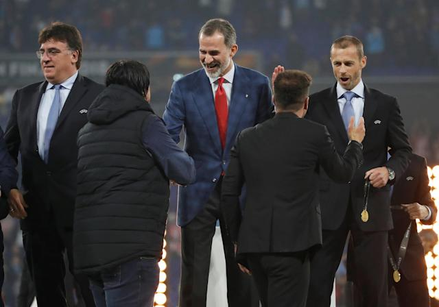 Soccer Football - Europa League Final - Olympique de Marseille vs Atletico Madrid - Groupama Stadium, Lyon, France - May 16, 2018 Atletico Madrid coach Diego Simeone and assistant coach German Burgos receive their medals from Spain's King Felipe VI and UEFA President Aleksander Ceferin after winning the Europa League REUTERS/Christian Hartmann