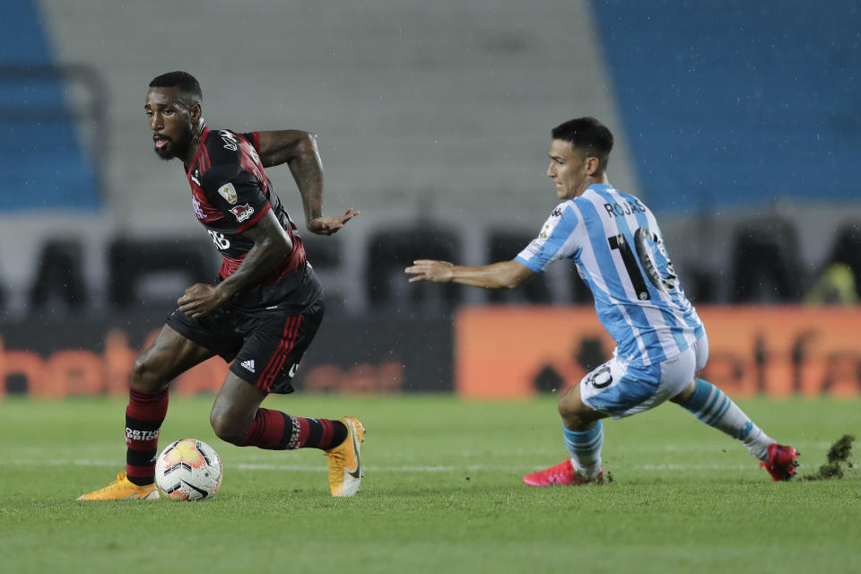 AVELLANEDA, ARGENTINA - NOVEMBER 24: Gerson of Flamengo fights for the ball with Matias Rojas of Racing Club during a round of sixteen first leg match between Racing Club and Flamengo at Presidente Peron Stadium on November 24, 2020 in Avellaneda, Argentina. (Photo by Juan Ignacio Roncoroni - Pool/Getty Images)