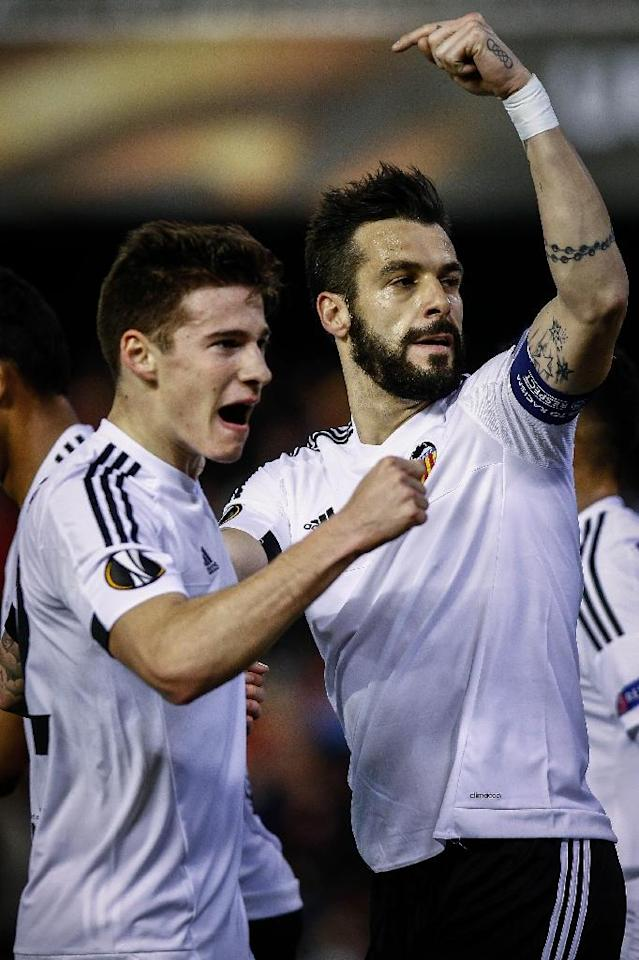 Valencia's forward Alvaro Negredo (R) celebrates a goal with teammate forward Santi Mina during the UEFA Europa League Round of 32 first leg football match Valencia CF vs SK Rapid Wien in Valencia on February 18, 2016 (AFP Photo/Biel Alino)