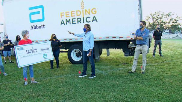 PHOTO: 'Good Morning America' co-anchor Robin Roberts and senior meteorologist Rob Marciano present Jody Farnum with a surprise for Feeding America. (ABC News)