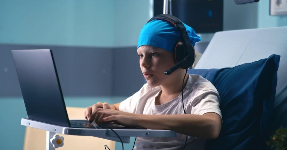 """<span class=""""attribution""""><a class=""""link rapid-noclick-resp"""" href=""""https://www.shutterstock.com/es/image-photo/boy-headset-speaking-playing-videogame-on-1931899829"""" rel=""""nofollow noopener"""" target=""""_blank"""" data-ylk=""""slk:Shutterstock / FrameStockFootages"""">Shutterstock / FrameStockFootages</a></span>"""