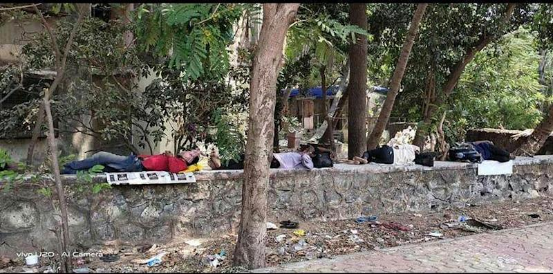 Migrant workers in Mumbai's Chembur without accommodation. Image procured by author.