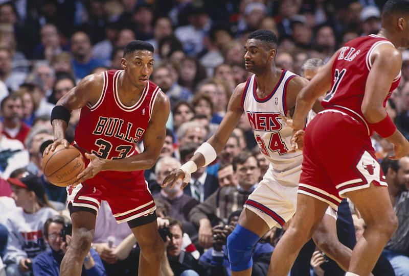 EAST RUTHERFORD, NJ - 1993: Scottie Pippen #33 of the Chicago Bulls moves the ball against the New Jersey Nets during the NBA game at the Continental Airlines Arena in East Rutherford, New Jersey. (Photo y Focus on Sport via Getty Images)