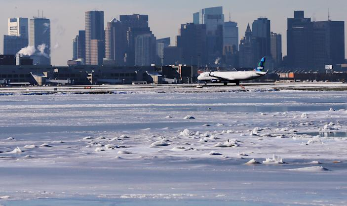 <p>Ahead of an incoming winter snow storm, a Jet Blue flight waits to take off from Logan International Airport next to the frozen waters of the Atlantic Ocean harbour between Winthrop and Boston, Mass., Jan. 3, 2018. (Photo: Brian Snyder/Reuters) </p>