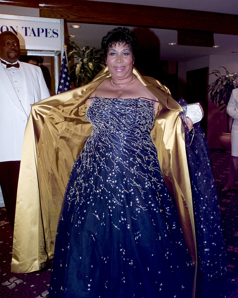 <p>Aretha Franklin shows off her strapless blue crystal embroidered gown to photographers as she attends the White House Correspondents' Association annual dinner. (Photo by Ron Sachs/Consolidated News Pictures/Getty Images) </p>