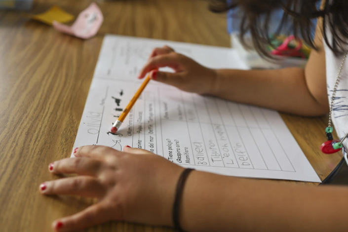 A child works on a kindergarten writing exercise during a dual-language summer program at Lot Whitcomb Elementary School in Milwaukie, Ore (Lillian Mongeau / The Hechinger Report)