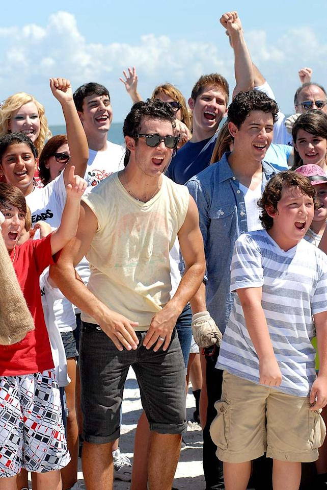 """Along with a few of their good buddies, Kevin, Nick, and Frankie Jonas hit the beach for a good cause Wednesday to participate in Disney's Friends for Change Project Green Gulf Coast clean up in St. Petersburg, Florida. Tim Boyles/<a href=""""http://www.gettyimages.com/"""" target=""""new"""">GettyImages.com</a> - September 8, 2010"""
