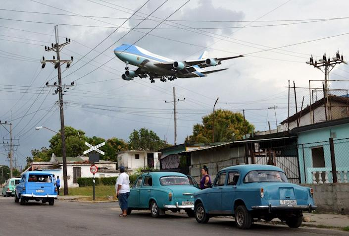 <p>MAR. 20, 2016 — Air Force One carrying U.S. President Barack Obama and his family flies over a neighborhood of Havana as it approaches the runway to land at Havana's international airport. (Alberto Reyes/Reuters) </p>