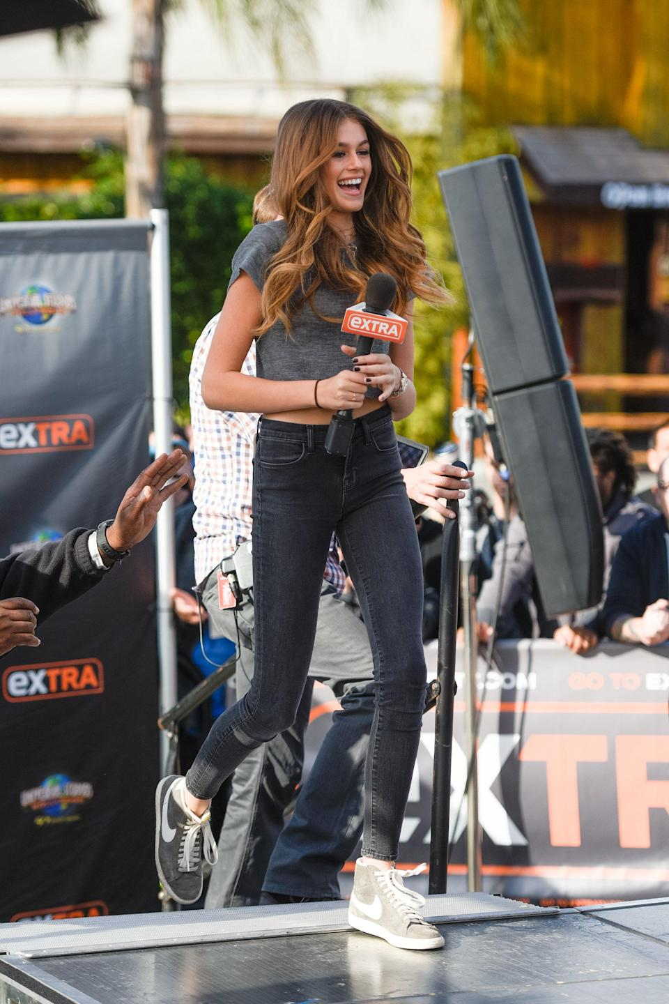 When she stopped by the set of Extra with her mom, she rocked high-waisted skinny jeans, a cropped short-sleeve sweater, and Nike Blazer sneakers.