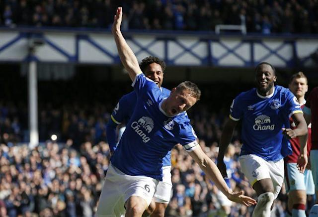 Everton v Burnley – Premier League – Goodison Park – Everton's Phil Jagielka celebrates scoring their first goal with Romelu Lukaku and Ashley Williams Reuters / Andrew Yates Livepic