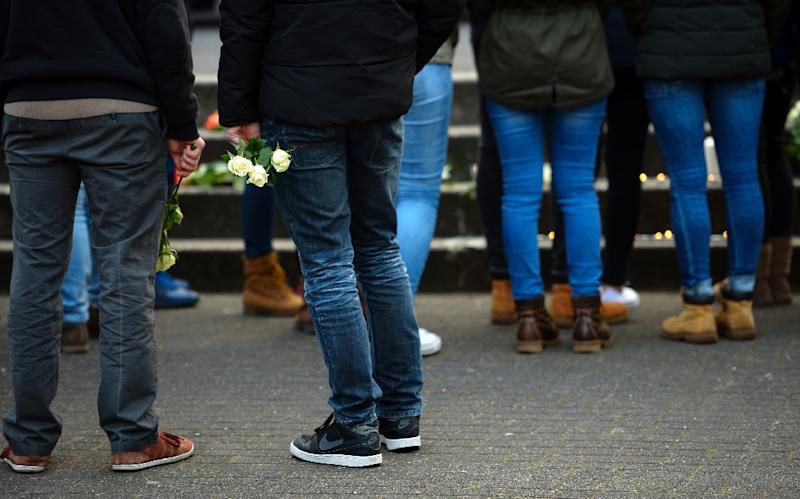 Students and well-wishers gather in front of the Joseph Koenig Gymnasium secondary school in Haltern am See, western Germany on March 24, 2015 (AFP Photo/Sascha Schuermann)