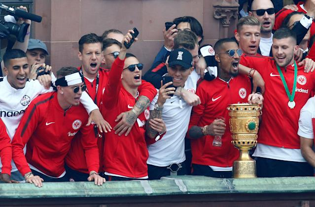 Soccer Football - Eintracht Frankfurt DFB Cup Trophy Presentation - Frankfurt, Germany - May 20, 2018 Eintracht Frankfurt's Kevin-Prince Boateng and team mates celebrate with the DFB Cup trophy during the presentation REUTERS/Ralph Orlowski
