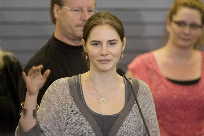 Amanda Knox waves to supporters as she makes her first appearance at SeaTac Airport after arriving in Seattle following her release from prison in Italy on October 4, 2011 (AFP Photo/Kevin Casey)